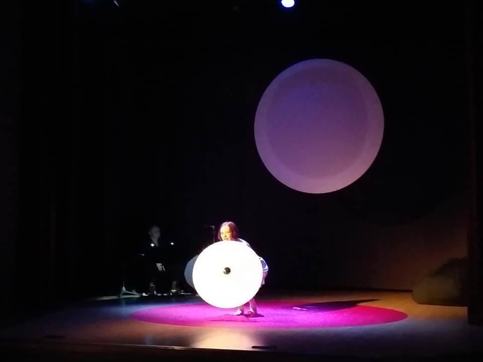 """Šeduvos kultūros ir amatų centre suvaidintas antrasis mažųjų erdvių profesionalių teatrų festivalio ,,MIZANscena"""" spektaklis"""